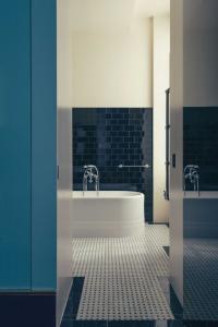 blauwe badkamerwand